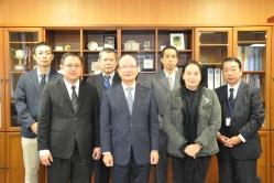 石原校長(前列中央)とタイ国教育省一行(前列左右)