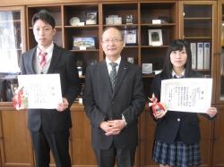 校長から表彰された大井さん(左),木下さん(右)