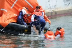 救命筏に乗り込む学生