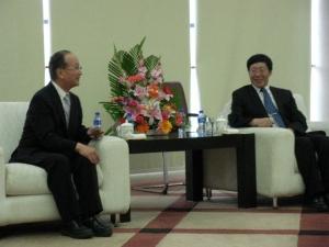 昨年7月訪問時の東北大学 姜副学長(右)と石原校長(左)の会議の様子