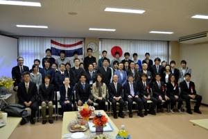 参加者による記念撮影(最前列右側が留学生)