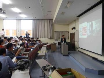 企業のプレゼンテーションを聞く学生