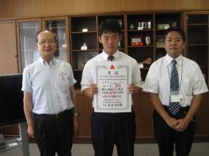 校長から激励を受ける佐々木選手