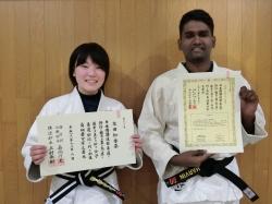 マレーシア留学生と女子部員がそれぞれ柔道の黒帯(初段)を取得