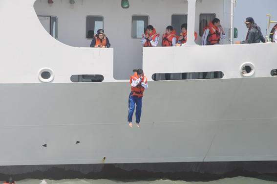 「洋上救命講習」を実施しました。(射水キャンパス)1