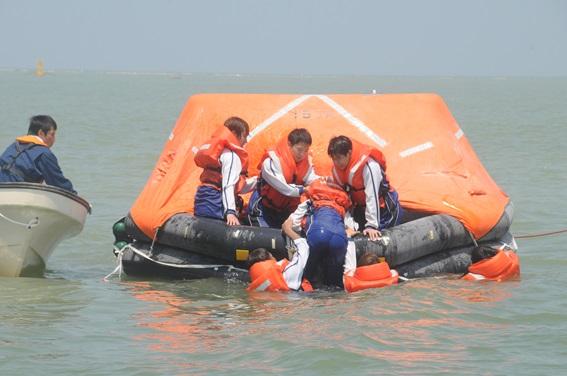 「洋上救命講習」を実施しました。(射水キャンパス)2