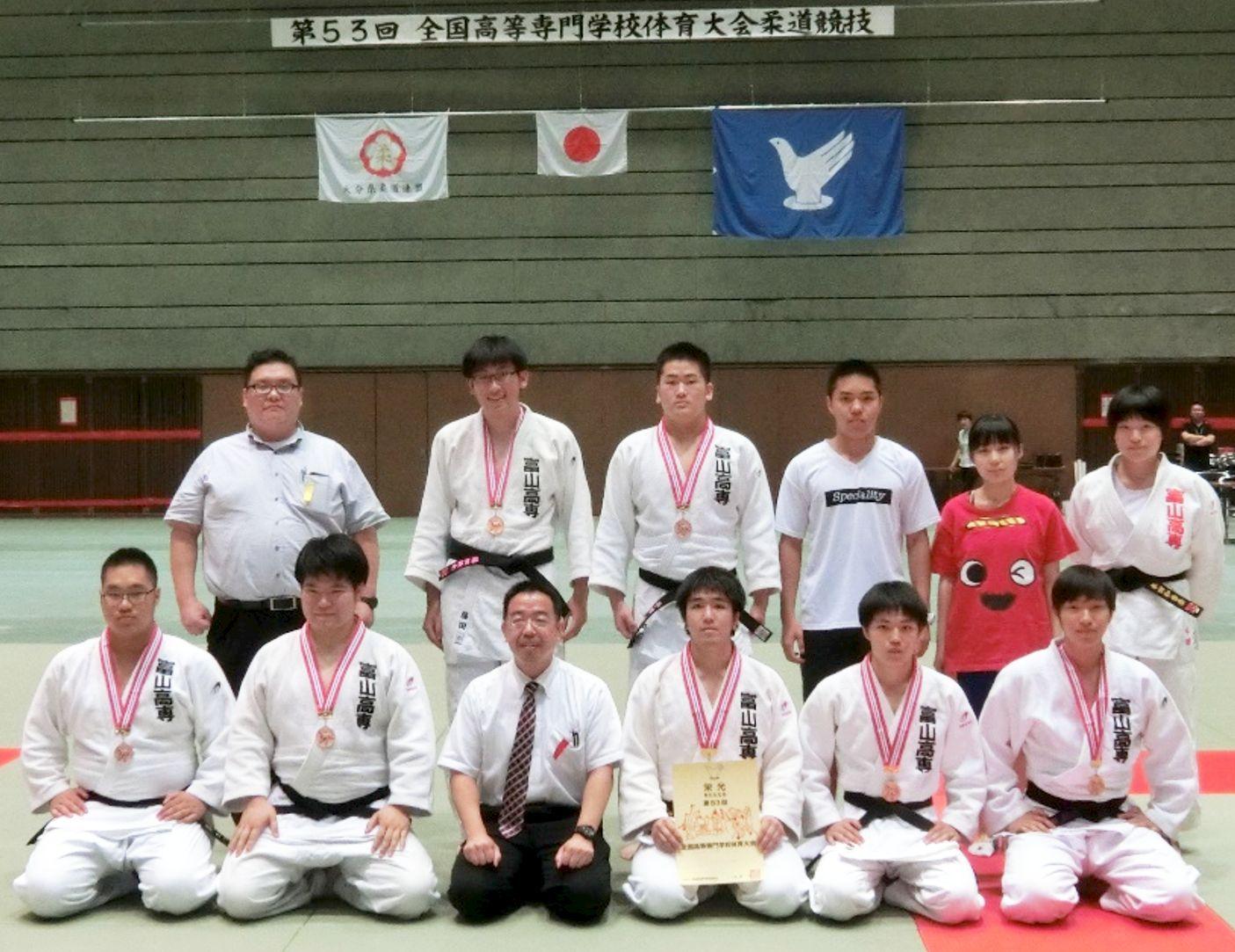 全国高専大会柔道競技で男子団体は3位入賞、女子63㎏級は準優勝しました。(本郷キャンパス)