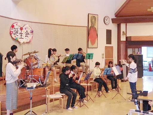 吹奏楽部(本郷)が老人ホームで訪問コンサートを実施しました。