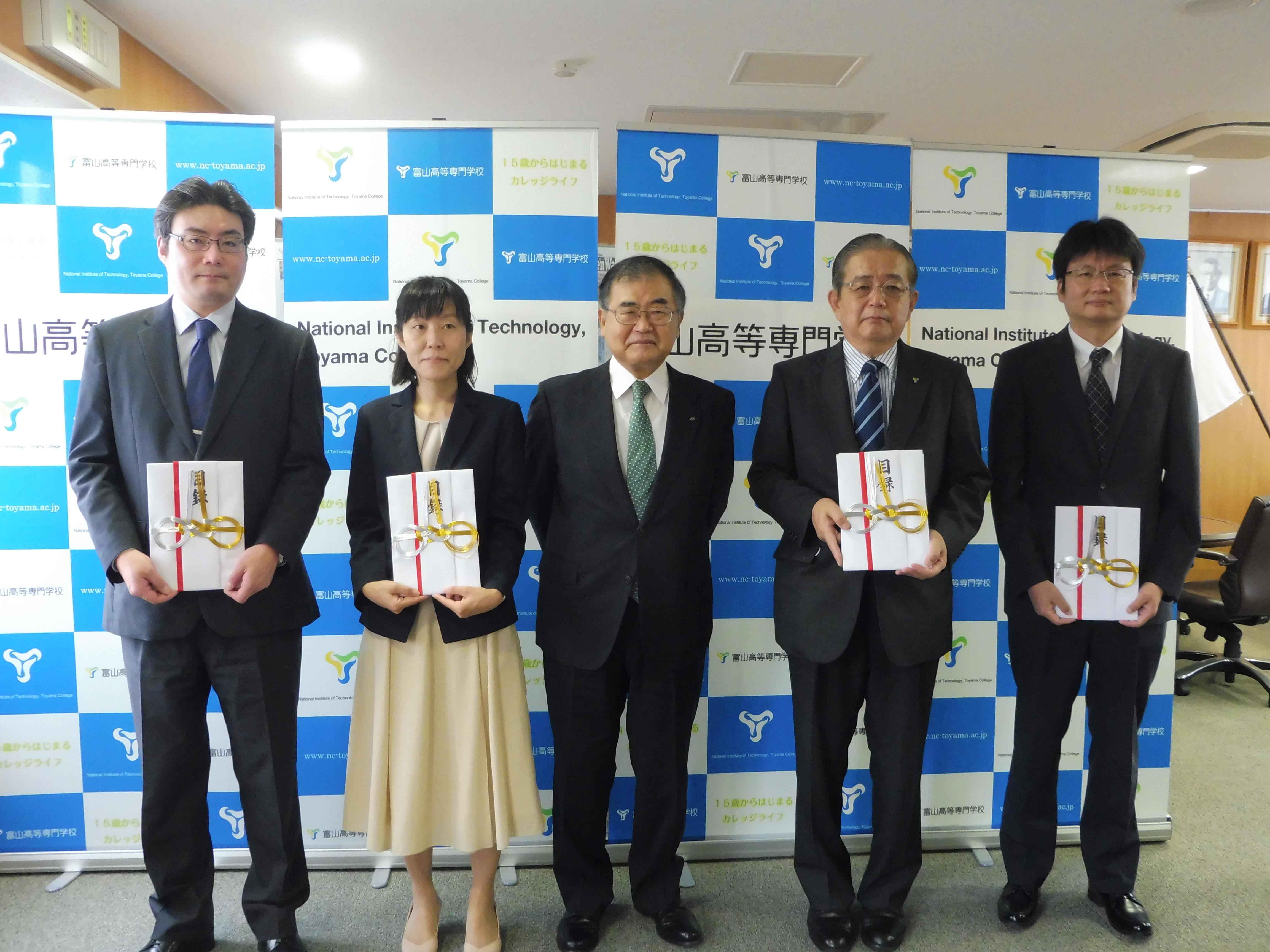 富山第一銀行奨学財団から令和2年度研究助成金の目録が贈呈されました。