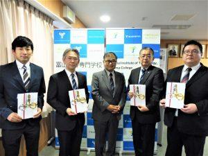 富山第一銀行奨学財団から令和3年度研究助成金の目録が贈呈されました。