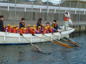 射水市東明小学校の4年生がカッター乗艇体験を行いました。